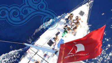 Foto dall'alto di Barca a Vela in Navigazione